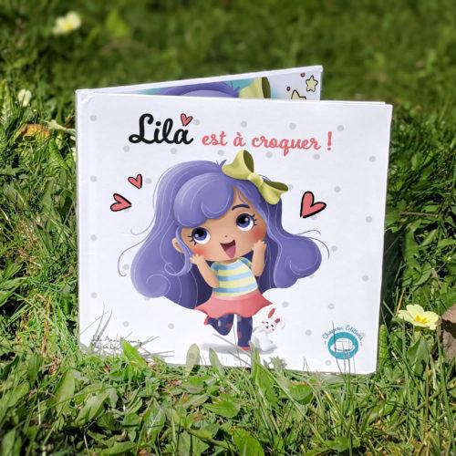 """Lila joue : Tome 1 """"Lila est à croquer"""" + 8 cartes à signer (Nouveau format)"""